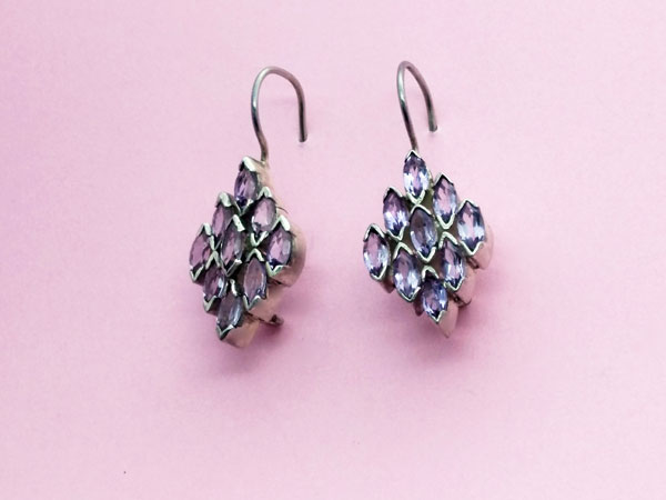 Ethnic Sterling silver earrings with faceted amethyst gems.. Foto 2