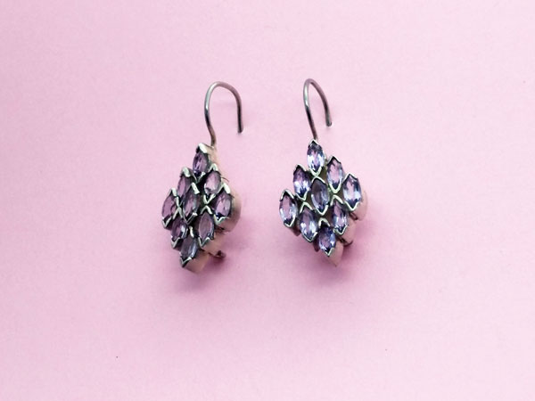 Ethnic Sterling silver earrings with faceted amethyst gems.. Foto 3