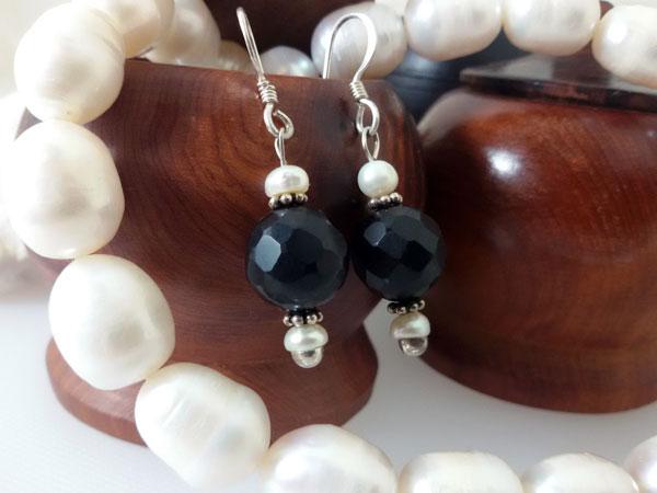Pendientes artesanales de plata, azabache y perlas.. Ref. NGB