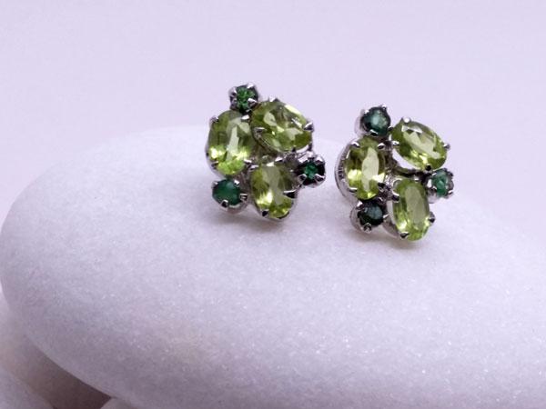 Pendientes de plata y gemas facetadas de Peridoto y Esmeralda.. Foto 1