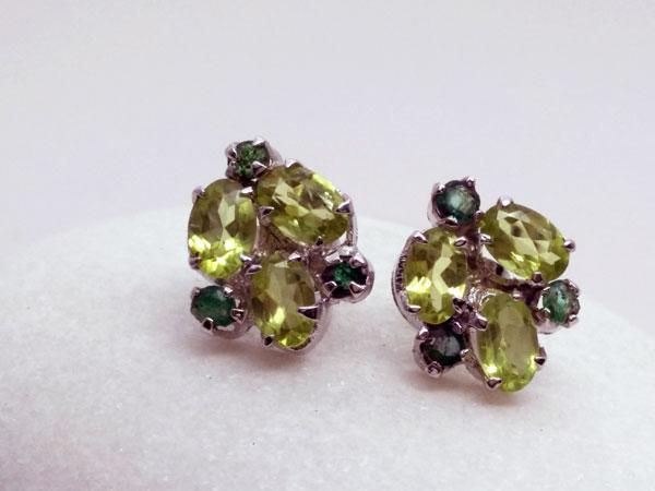 Pendientes de plata y gemas facetadas de Peridoto y Esmeralda.. Foto 2