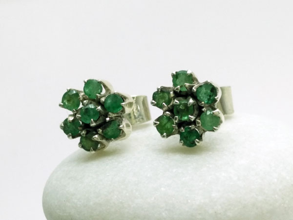 Sterling silver ethnic earrings and faceted Emerald gems.. Foto 1