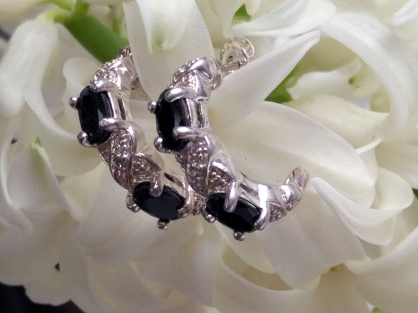 Sterling silver and blue sapphire earrings.. Foto 3