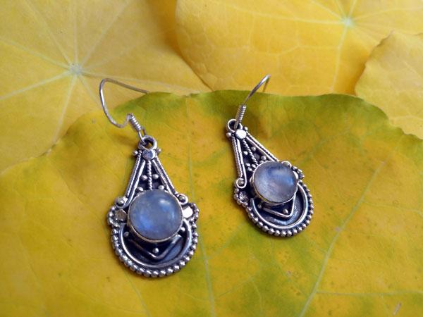 Pendientes artesanales de plata y gemas de Piedra de luna.. Ref. NJT