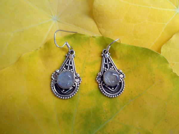 Pendientes artesanales de plata y gemas de Piedra de luna.. Foto 2