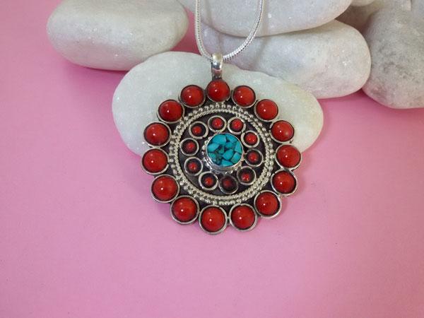 Colgante tibetano artesanal hecho en plata y gemas de turquesa y Coral.. Ref. TAC
