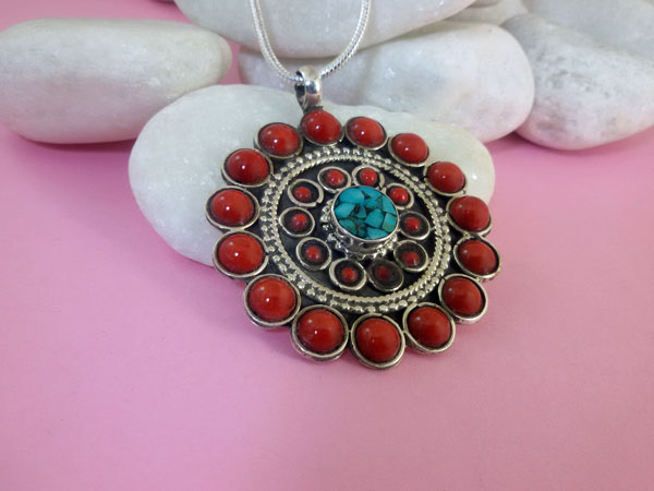 Tibetan Sterling silver with Coral and Turquoises  pendant.. Foto 2