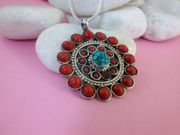Colgante tibetano artesanal hecho en plata y gemas de turquesa y Coral.. Foto 2