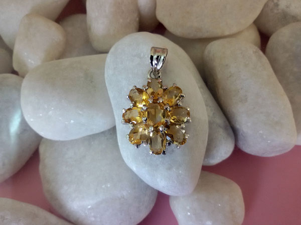 Colgante de gemas de Cuarzo cetrino engarzados en plata.. Ref. TAG