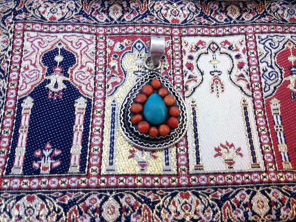 Sterling silver Ethnic Tibetan pendant made in Coral and Turquoises.. Foto 1