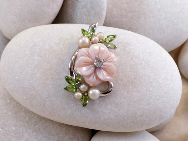 Elegant pendant of mother of pearl, peridots, pearls and a light blue topaz.. Foto 1