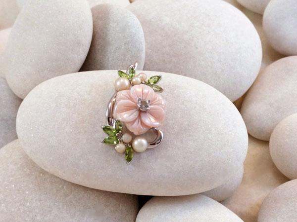 Elegante colgante de madreperla, peridotos, perlas y un topacio.. Foto 2