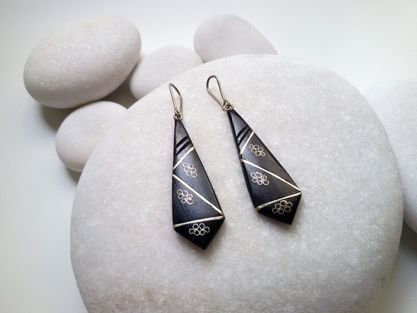 Ethnic earrings made of ebony wood and silver filigree.. Foto 1