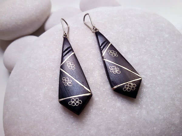 Ethnic earrings made of ebony wood and silver filigree.. Foto 2