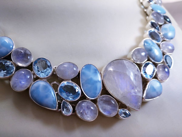 Sterling silver necklace with gems of Larimar, Moonstone, Blue Topaz and Aquamarines.. Foto 2