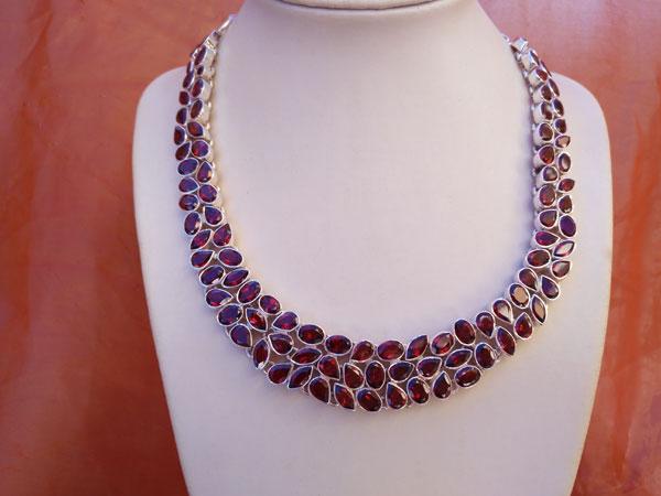 Faceted Garnet gemstones and Sterling silver necklace.. Foto 2