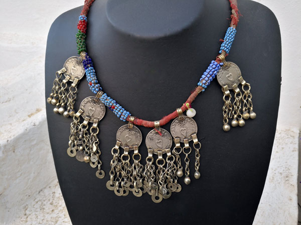 Old ethnic handmade necklace.. Foto 2