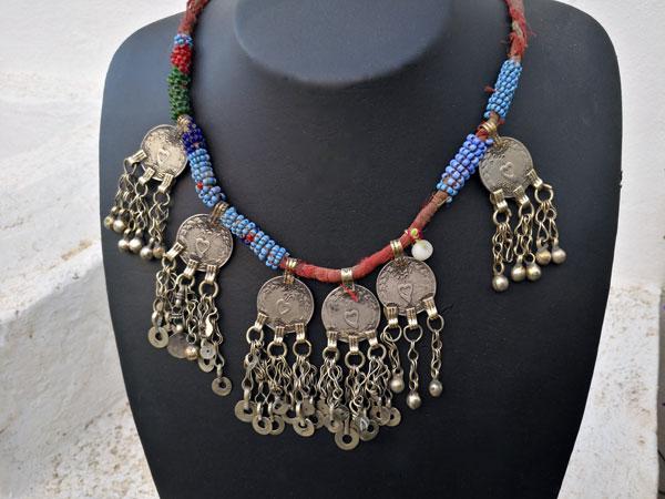 Antiguo collar artesanal procedente de centro Asia.. Foto 2