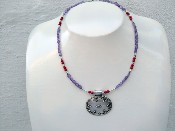 Sterling silver Choker with faceted Amethysts and Coral from India.. Foto 1