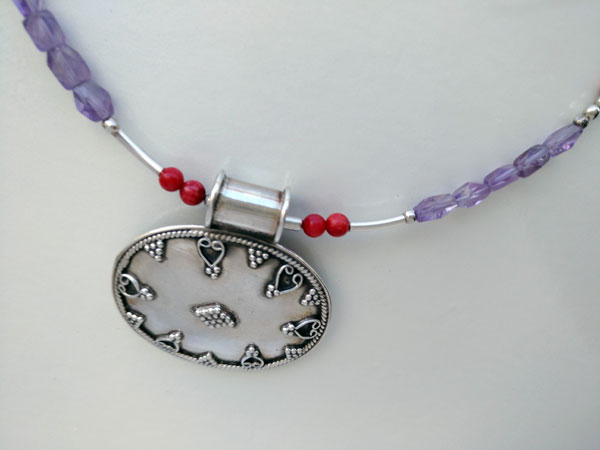 Sterling silver Choker with faceted Amethysts and Coral from India.. Foto 2
