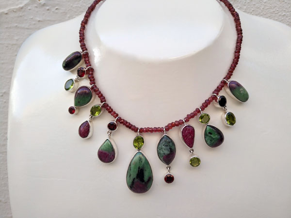 Elegant silver necklace with Ruby gems in its matrix of Zoisite. Foto 1