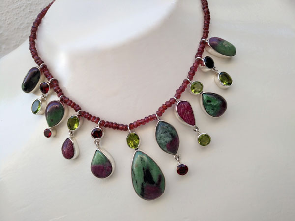 Elegant silver necklace with Ruby gems in its matrix of Zoisite. Foto 2