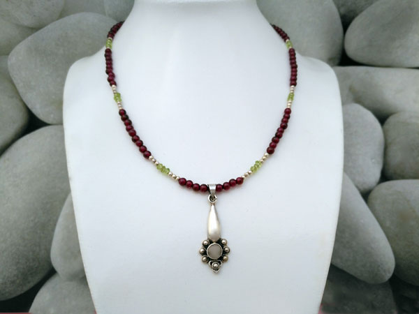 Choker with a Sterling silver handmade pendant and Adularia gemstone.. Foto 1