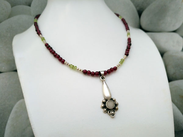 Choker with a Sterling silver handmade pendant and Adularia gemstone.. Foto 2