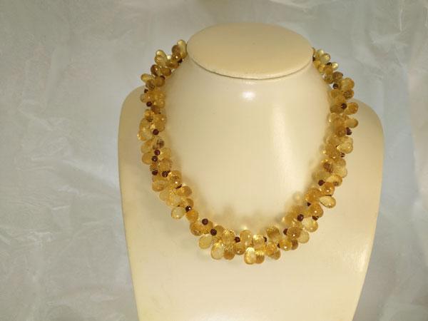 Collar de cuarzos y turmalinas con broche de oro.. Foto 1