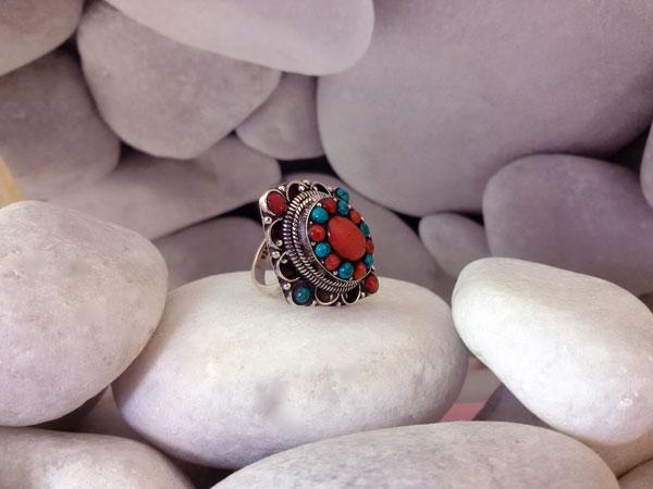 Anillo de plata, coral y turquesas.. Foto 2