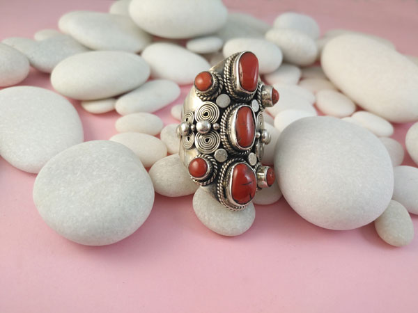 Coral and Sterling silver ethnic ring.. Foto 2
