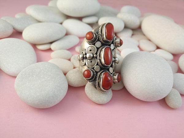 Anillo etnico artesanal de plata y Corales.. Foto 2