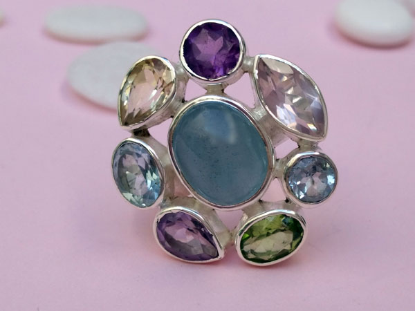 Ethnic Sterling silver ring with eight different gems.. Foto 1