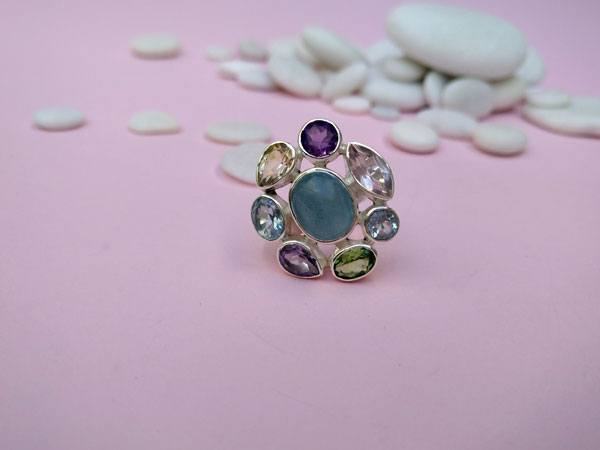 Ethnic Sterling silver ring with eight different gems.. Foto 2