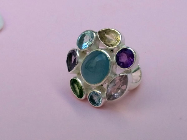 Ethnic Sterling silver ring with eight different gems.. Foto 3