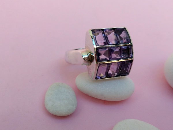 Sterling silver ring with amethyst gems.. Foto 2