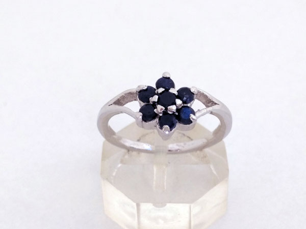 Elegant and stylized Sterling silver ring with blue sapphires.. Foto 1