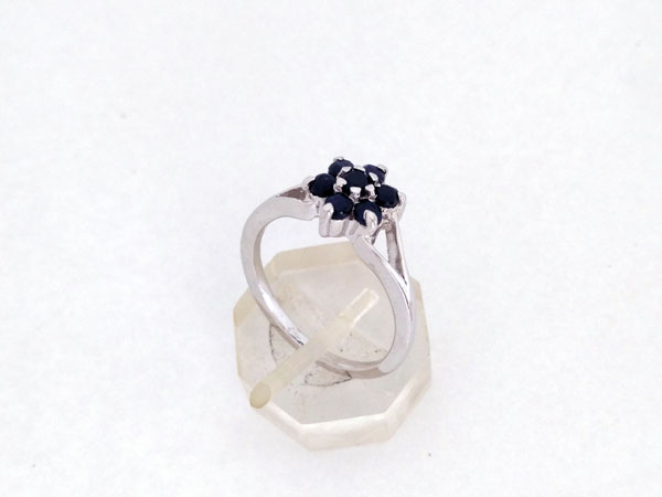 Elegant and stylized Sterling silver ring with blue sapphires.. Foto 2