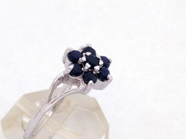Elegant and stylized Sterling silver ring with blue sapphires.. Foto 3