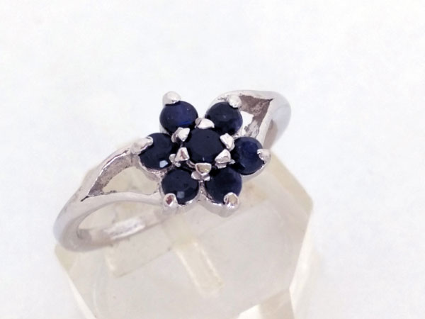 Elegant and stylized Sterling silver ring with blue sapphires.. Foto 4