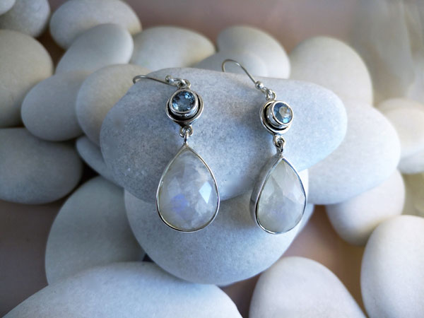 Pendientes artesanales de plata y gemas facetadas de Piedra de luna y Aguamarina.. Foto 1