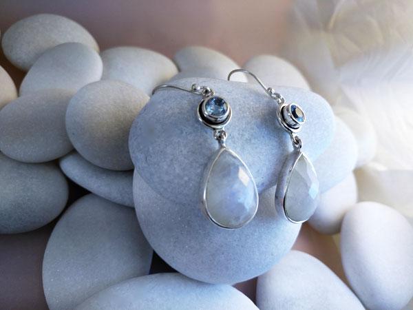 Pendientes artesanales de plata y gemas facetadas de Piedra de luna y Aguamarina.. Foto 2