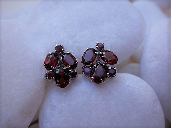 Vintage handmade Sterling silver with Garnet faceted gemstones earrings.. Foto 1