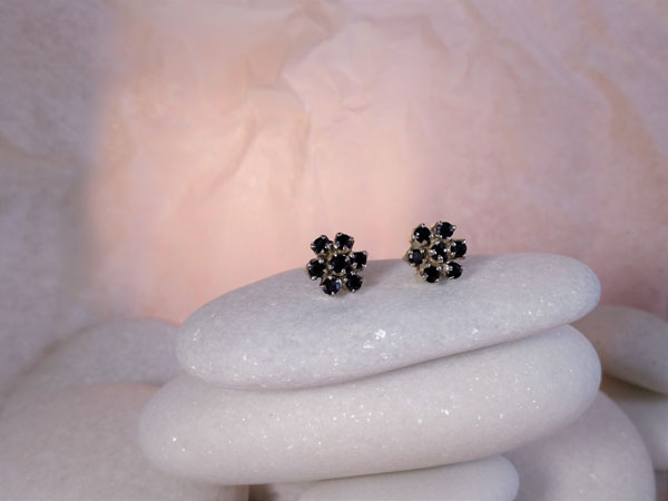Pendientes artesanales de plata y gemas facetadas de Zafiros azules.. Foto 2