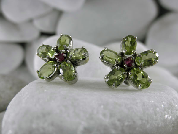 Vintage handmade Sterling silver with Peridot and Rubis earrings.. Foto 1