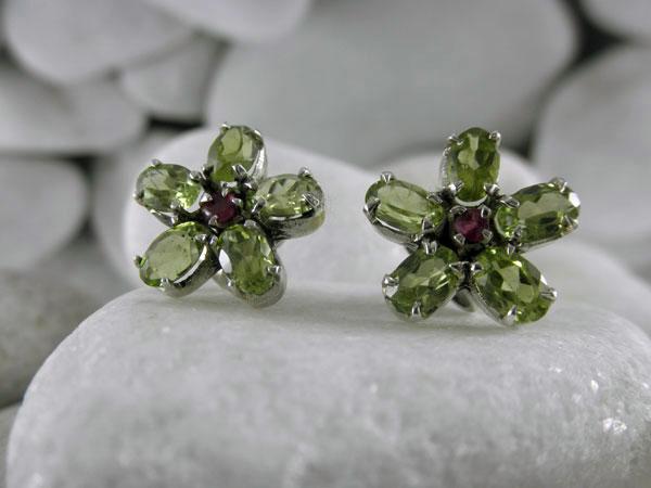 Pendientes artesanales de plata y gemas facetadas de Peridoto y Rubis.. Ref. TEM