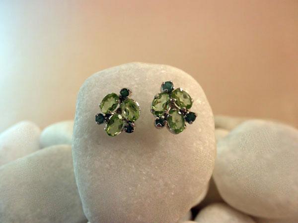 Pendientes artesanales de plata y gemas facetadas de Peridoto y Esmeralda.. Ref. TET