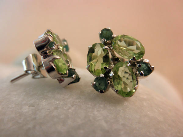 Vintage handmade Sterling silver with Peridots and Emeralds earrings.. Foto 2