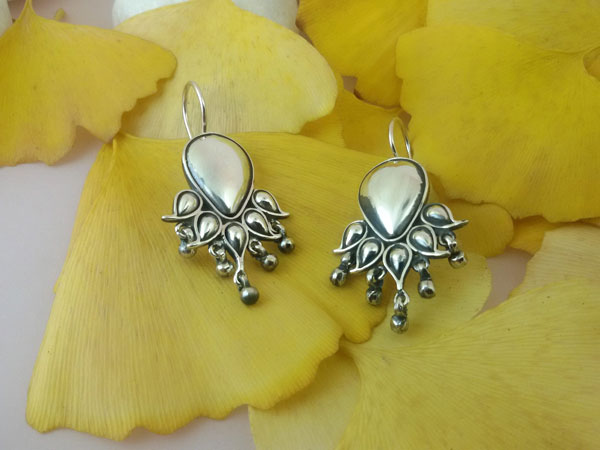 Ethnic Sterling silver earrings made in Rajhastan.. Foto 1