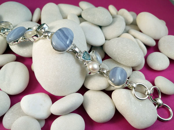 Pulsera artesanal de plata de ley y gemas.. Foto 2